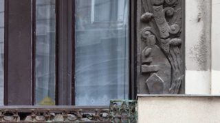 A Lázár utca 9. ablakainak egyikét figyelő mókus 2017-ben, a felújítás előtt.