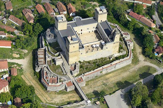 A vár és közvetlen környezete egy 2016-os légifelvételen.
