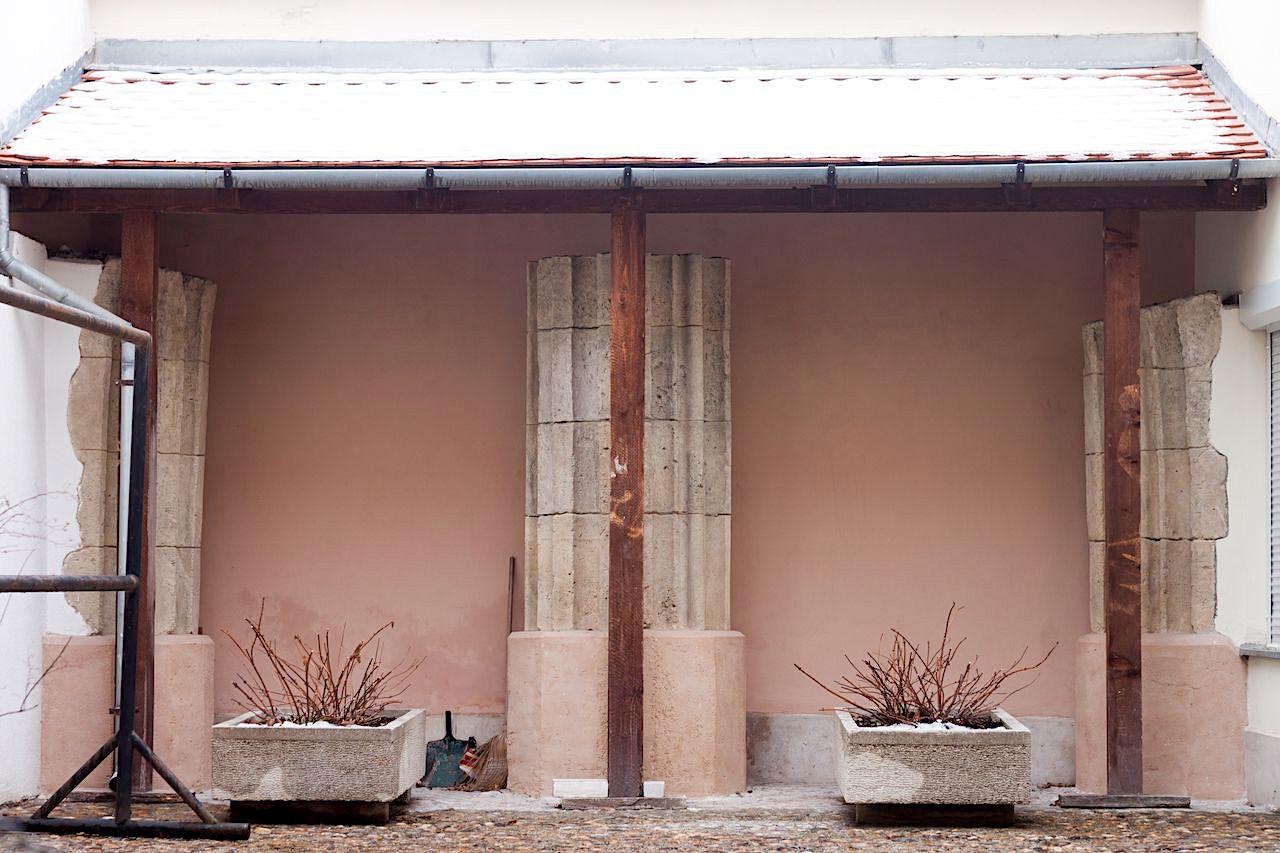 A pillérek egyikének néhány darabja a Táncsics Mihály utca 26. számú ház udvarában