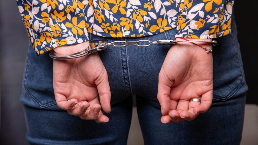 """""""Miért, mit csinál, letartóztat?"""" – kérdezte a nő. Letartóztatták"""