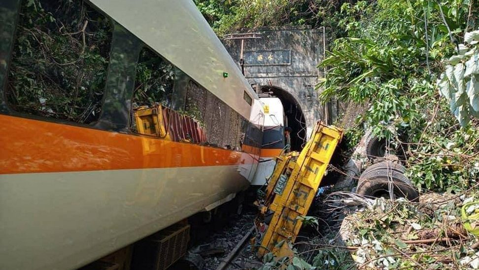 Rengeteg halottja van a súlyos tajvani vonatbalesetnek
