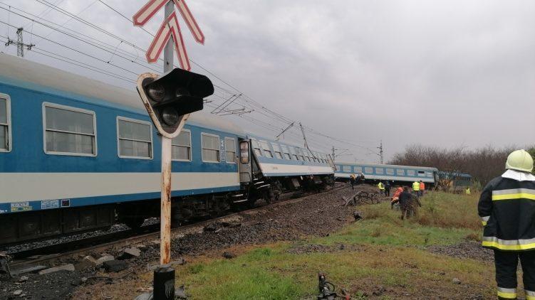 Kisiklott egy vonat Újfehértónál, miután traktorral ütközött