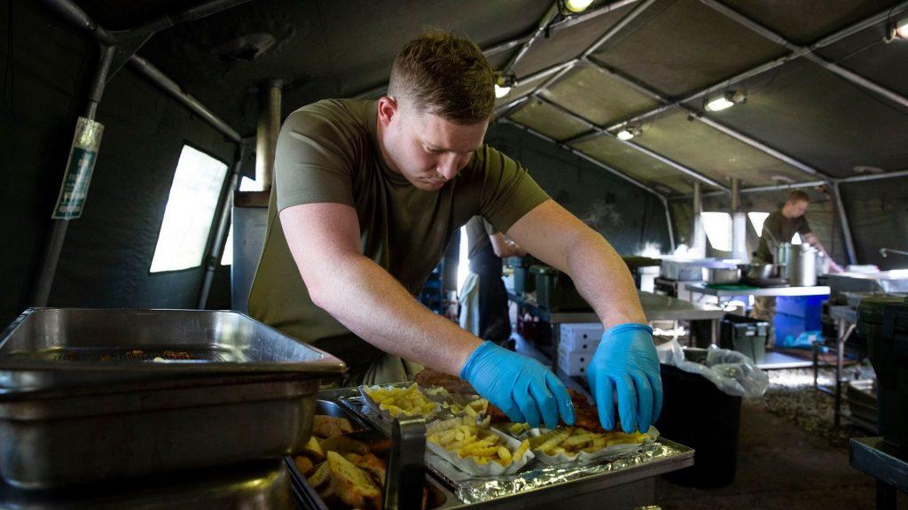 Nem biztosítják számunkra a vegán étkezés lehetőségét – panaszkodnak a brit katonák