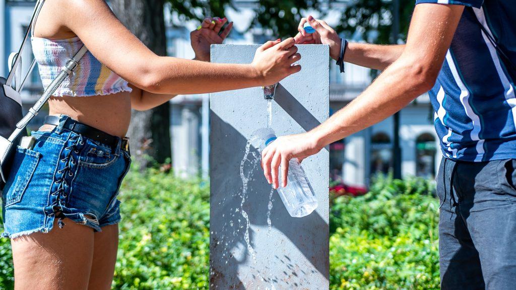 Országszerte vizet oszt a MÁV a kánikula miatt