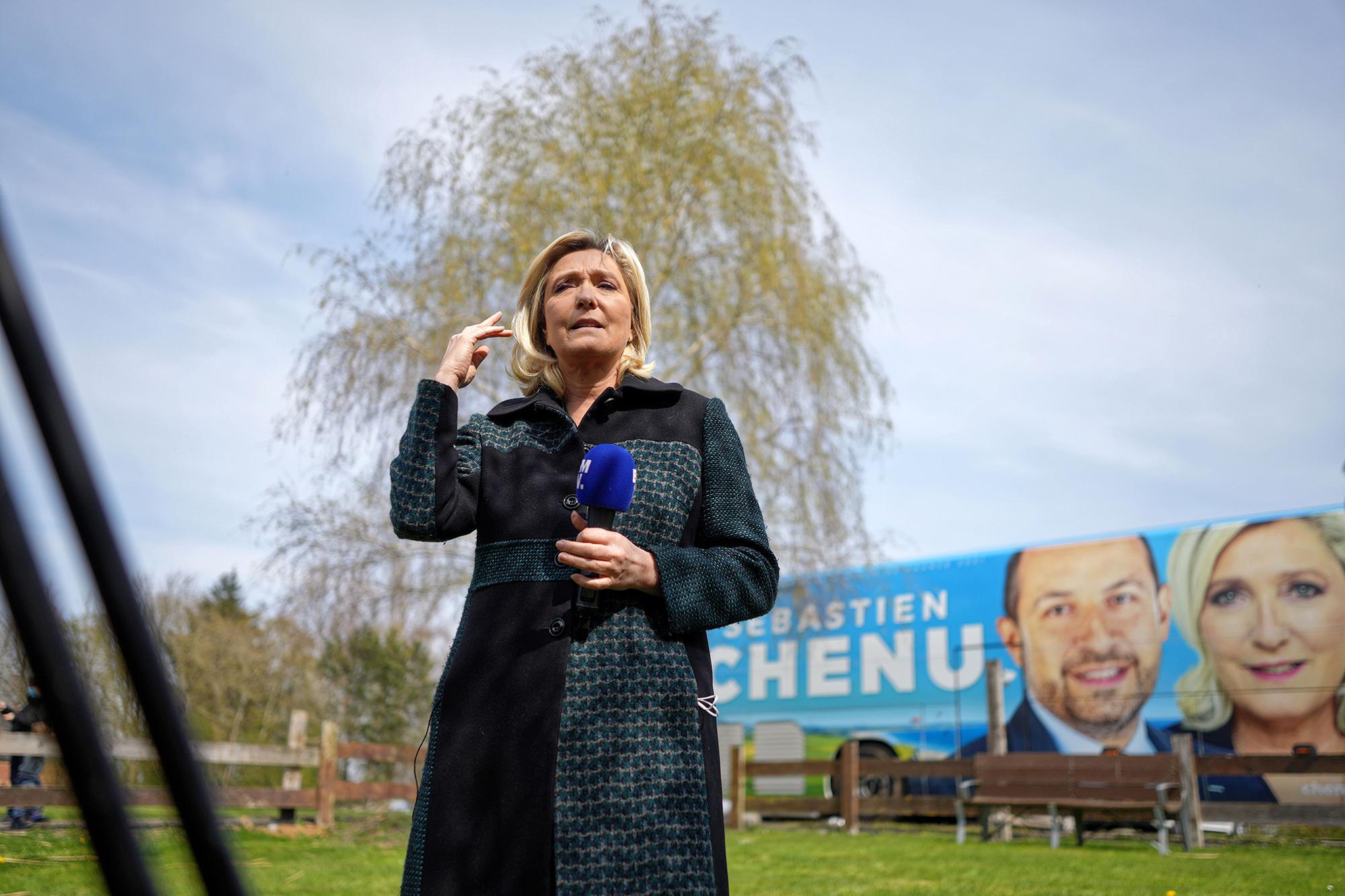 Marine Le Pen a frexitet is feladja, hogy köztársasági elnök lehessen
