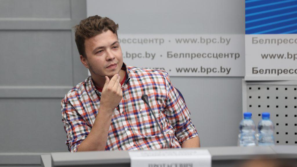 Kiültették egy sajtótájékoztatóra a fogva tartott Raman Prataszevicset a fehérorosz hatóságok