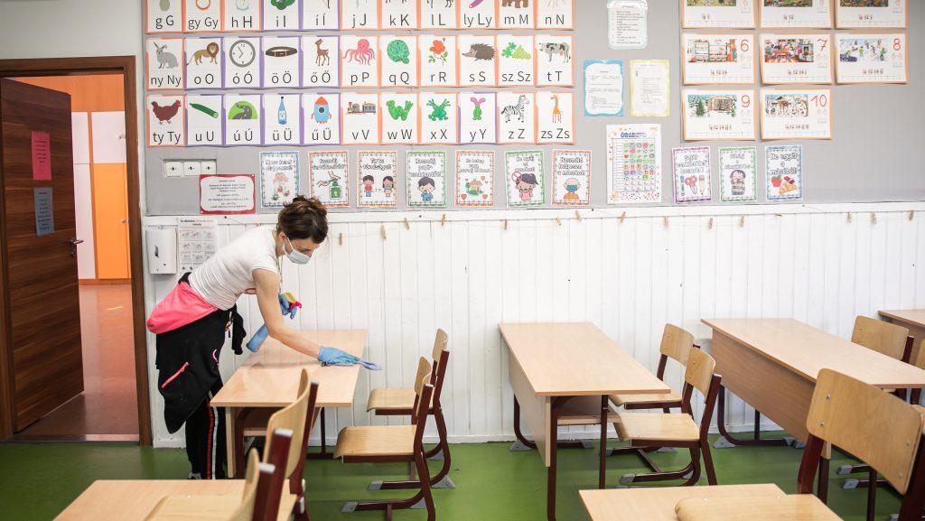 Az iskolaigazgatóknak kell megszervezniük a 12-18 évesek oltását