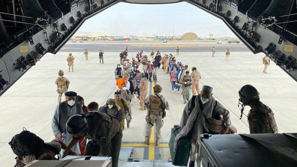 Tizenketten haltak meg a kabuli reptéren vasárnap óta | 24.hu