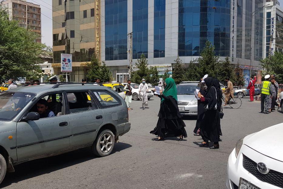 Tűzhalálba menekülő afgán asszonyok