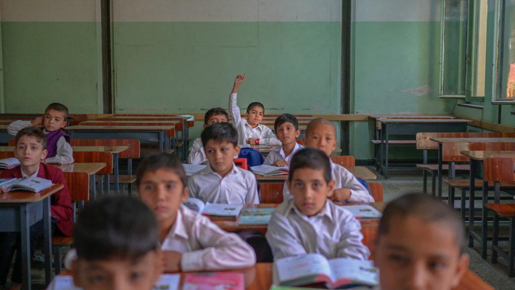 Kizárták a nőket és lányokat a megnyíló afgán középiskolákból