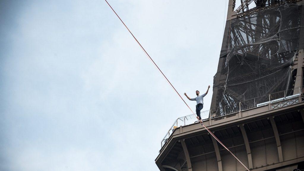 Egy kötéltáncos 70 méter magasságban sétált az Eiffel-toronyból kifeszített kötélen át a Szajnán