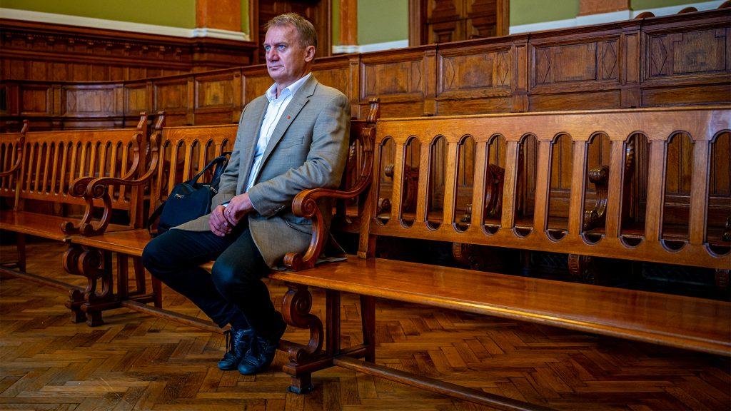 Felfüggesztett szabadságvesztést kértek Varju Lászlóra az MTVA-nál történt lökdösődés miatt