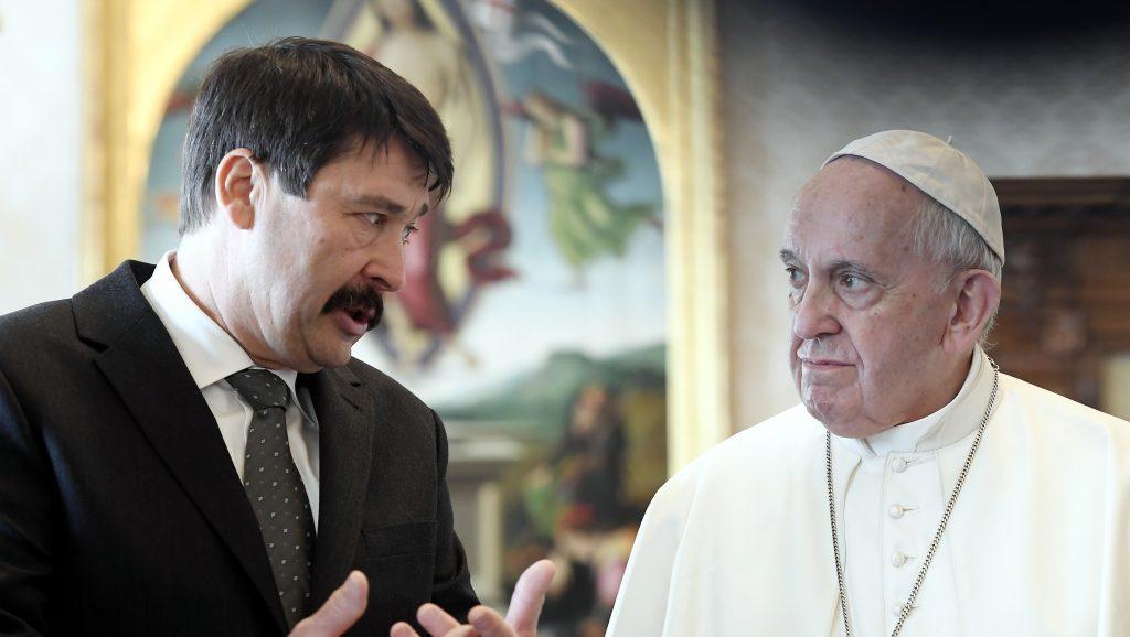 Egy 58-as tokaji aszúval és még két ajándékkal lepte meg Áder János Ferenc pápát