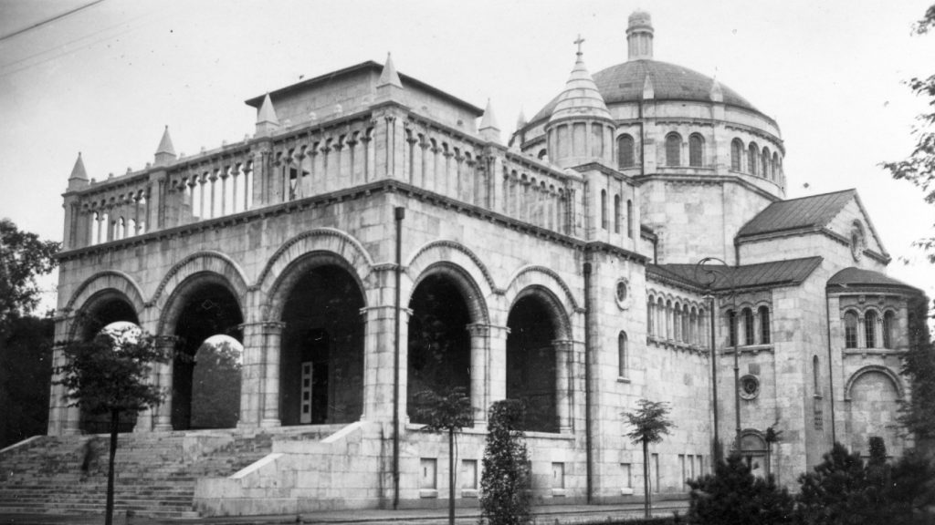 Kalapáccsal verték le a Szent Koronát a templomról