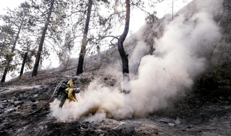 Chelan, 2015. augusztus 24. Tûzoltók dolgoznak a Washington állambeli Chelanben 2015. augusztus 23-án, miután erdõtûz pusztított a környéken. (MTI/AP/Elaine Thompson)