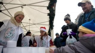 Budapest, 2011. december 26. Jelenlévõk átveszik az élelmiszereket az Ételt az életért közhasznú alapítvány karácsonyi meleg étel és élelmiszercsomag osztásán a Blaha Lujza téren. MTI Fotó: Kollányi Péter