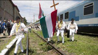 Gyimesbükk, 2015. május 22. A csíksomlyói búcsúra tartó Boldogasszony zarándokvonat utasai a székelyföldi Gyimesbükkön 2015. május 22-én. A 15 kocsiból álló vonat mintegy nyolcszáz zarándokkal indult el a budapesti Nyugati pályaudvarról május 21-én. MTI Fotó: Koszticsák Szilárd