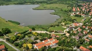 Tihany, 2009. július 14. Tihany község megújult nyugati településrésze a Belsõ-tóval, madártávlatból. MTI Fotó: H. Szabó Sándor