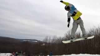 Eplény, 2012. február 18. Egy versenyzõ gyakorol az eplényi Síarénában. Itt rendezik a Snowboard Kupa és Snow Down versenyeit a Magyar Snowboard Szövetség és a Nitrosnowboards szervezésében. MTI Fotó: Szigetváry Zsolt