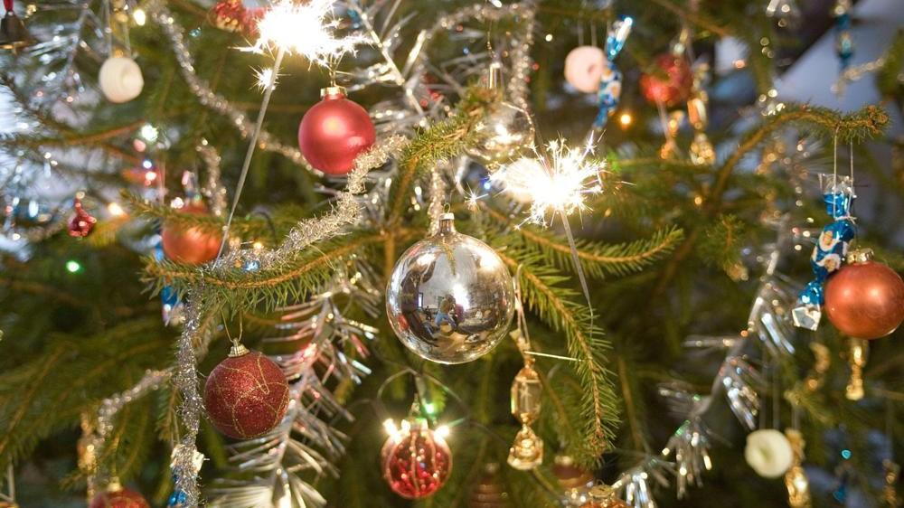 Budapest, 2010. december 25. Csillagszórók izzanak karácsony délelõtt egy fenyõfán. MTI Fotó: Czimbal Gyula