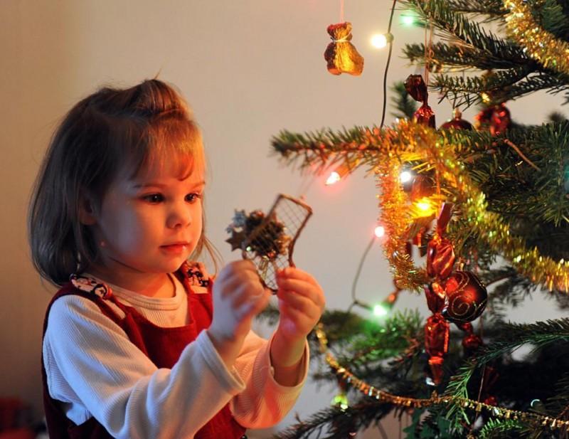 Budapest, 2011. december 25. Löcher Petra egy karácsonyfadíszt nézeget karácsony napján. MTI Fotó: Czimbal Gyula