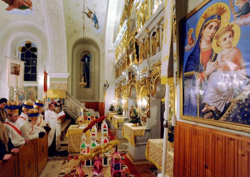 Csedreg (Cidreag), 2009. december 25. Szemák Miklós parókus éjféli zsolozsmát - szentmisén kívüli istentisztelet - celebrál a görög katolikus templomban, a betlehemezõ fiatalok körében. A romániai Csedregen máig élnek a karácsonyi népszokások, amelyek a gyerekek korosztályai szerint különbözõek. A legfiatalabbak, az óvodás korúak kántálnak, az alsó tagozatos gyerekek csillagot forgatnak, míg a felsõsök betlehemes játékot mutatnak be a rokonoknak, barátoknak jókívánságok kíséretében. A helyi szokás szerint a fiatalok a görög katolikus templomban tartott éjféli zsolozsmán az elsõ sorokban foglalhatnak helyet. MTI Fotó: Oláh Tibor