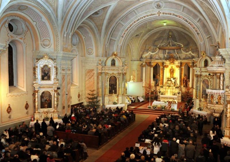 Csíksomlyó, 2010. december 25. Karácsony éjszakáján a csíksomlyói Ferences szerzetesek Kegytemplomában éjféli szentmisével köszöntötték az ünnepet. MTI Fotó: Oláh Tibor