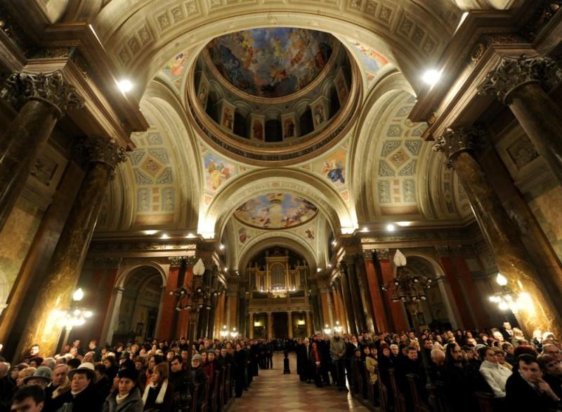 Eger, 2010. december 25. Hívõk hallgatják Ternyák Csaba egri érseket, aki karácsony éjfélkor ünnepi szentmisét mutat be Egerben a Bazilikában. MTI Fotó: H. Szabó Sándor