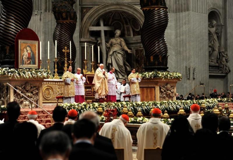 Vatikánváros, 2010. december 25. XVI. BENEDEK pápa (k) karácsonyi éjféli szentmisét pontifikál a vatikáni Szent Péter-székesegyházban 2010. december 24-én. (MTI/EPA/ETTORE FERRARI)