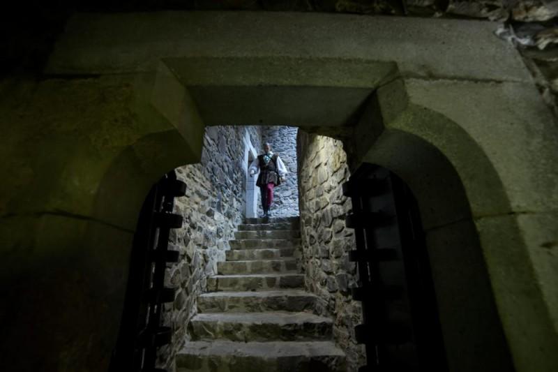 Hollókõ, 2015. május 7. A felújított hollókõi vár az átadás napján, 2015. május 7-én. A majdnem egy évig tartó munka eredményeként látogathatóvá vált a 700 éves vár Öregtornya, a felsõ várban visszaállították a 13. századi konyhát, ebédlõt és várúri lakrészt, az alsó várban pedig a 16. században épült gazdasági épületeket állították helyre. MTI Fotó: Komka Péter