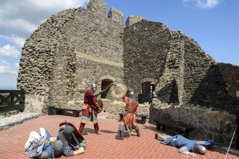 Hollókõ, 2015. május 7. A Szent László Vitézei katonai hagyományõrzõk íjászbemutatója a felújított hollókõi vár átadásán 2015. május 7-én. A majdnem egy évig tartó munka eredményeként látogathatóvá vált a 700 éves vár Öregtornya, a felsõ várban visszaállították a 13. századi konyhát, ebédlõt és várúri lakrészt, az alsó várban pedig a 16. században épült gazdasági épületeket állították helyre. MTI Fotó: Komka Péter
