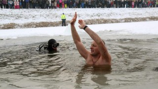 Mezõkövesd, 2016. január 24. Bajzát László integet a lékben, miután 27 métert úszott a jég alatt védõfelszerelés nélkül a mezõkövesdi Kavicsos-tóban 2016. január 24-én. MTI Fotó: Vajda János