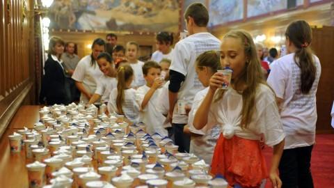 Budapest, 2011. szeptember 28. A meghívott gyerekek iskolatejet isznak az Országház Vadásztermében rendezett ünnepség végén. Az iskolatej világnapja alkalmából parlamenti ünnepséget és sajtótájékoztatót tartottak Nógrád, Hajdú-Bihar, Heves és Szabolcs-Szatmár-Bereg megye 6 településérõl érkezõ 120 iskolás gyermek, illetve a kezdeményezés támogatói, országgyûlési képviselõk, polgármesterek, iskolaigazgatók, ismert sportolók, mûvészek, valamint a sajtó képviselõinek részvételével.  MTI Fotó: Kovács Attila