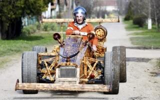 Tiszaörs, 2016. március 22. Puskás István a Forma 1-es versenyautókra hasonlító, négy hónap alatt fenyõpadlóból épített jármûvével Tiszaörsön 2016. március 22-én. Az abroncsok, a váltó és a motor kivételével a 150 köbcentis motorkerékpár-motorral hajtott autó minden eleme fából készült. A férfi korábban motorkerékpárt, autót és traktort is készített már fából. MTI Fotó: Mészáros János