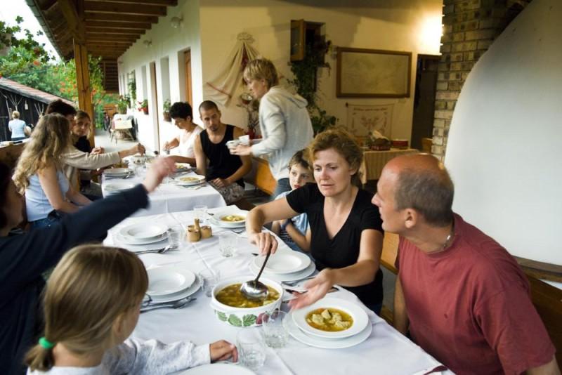 Tivadar, 2009. augusztus 31. Egy tizenegy fõs budapesti társaság vacsorázik a Szabolcs-Szatmár-Bereg megyei Tivadar község egyik falusi vendégháza, a Danó Porta tornácán 2009. augusztus 6-án. Danó Sándor tulajdonos és felesége Szabolcs-Szatmár-Bereg megyében az elsõk között, 1993-ban kezdett foglalkozni falusi turizmussal. A szezon nem túl hosszú, de két vendégházuk négy szobája júliusban és augusztusban telt házzal mûködik, vendégkörük nagy része visszatérõ. MTI Fotó: Balázs Attila