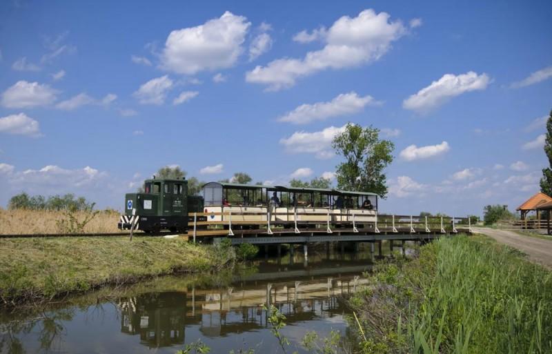 Hortobágy, 2012. május 5. Kisvonat halad át egy hídon a Hortobágyi Kisvasút vonalán. A Hortobágyi Nemzeti Park területén található halastavak környékén üzemelõ vonalat eredetileg a halgazdaság kiszolgálására hozták létre 1915-ben, a menetrend szerinti forgalom 2007 tavaszán indult el. A vasútvonal melletti tanösvényeken és kilátókon lehetõség nyílik a térségben fészkelõ és átvonuló madarak természetes környezetben történõ megfigyelésére. MTI Fotó: Czeglédi Zsolt