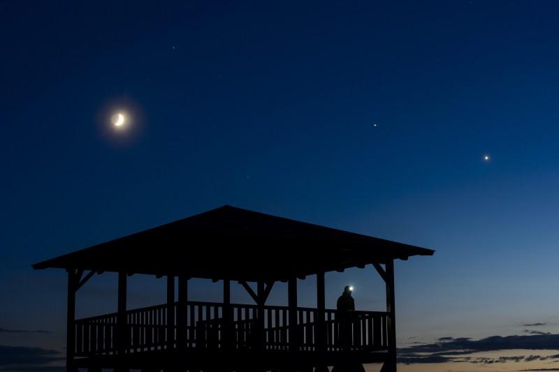 Salgótarján, 2015. június 22. A Hold, a Jupiter és a Vénusz (b-j) együttállása a Mogyorósi-kilátó felett Salgótarján közelében 2015. június 21-én. MTI Fotó: Komka Péter