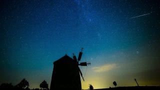 Tés, 2015. augusztus 13. Egy meteor látszik az égbolton Tés község két szélmalma felett 2015. augusztus 13-án. A Föld belépett a Perseida meteorraj összetevõit alkotó 109P/Swift-Tuttle üstökös pályája mentén szétszórt porfelhõbe. MTI Fotó: Komka Péter
