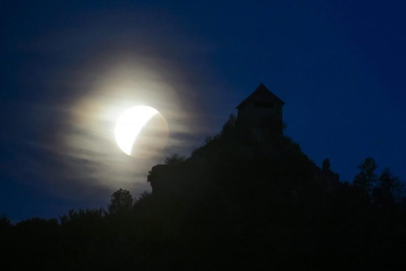 Salgótarján, 2015. szeptember 28. Holdfogyatkozás látszik a salgói vár mellett Salgótarján Salgóbánya városrészébõl fotózva 2015. szeptember 28-án. MTI Fotó: Komka Péter