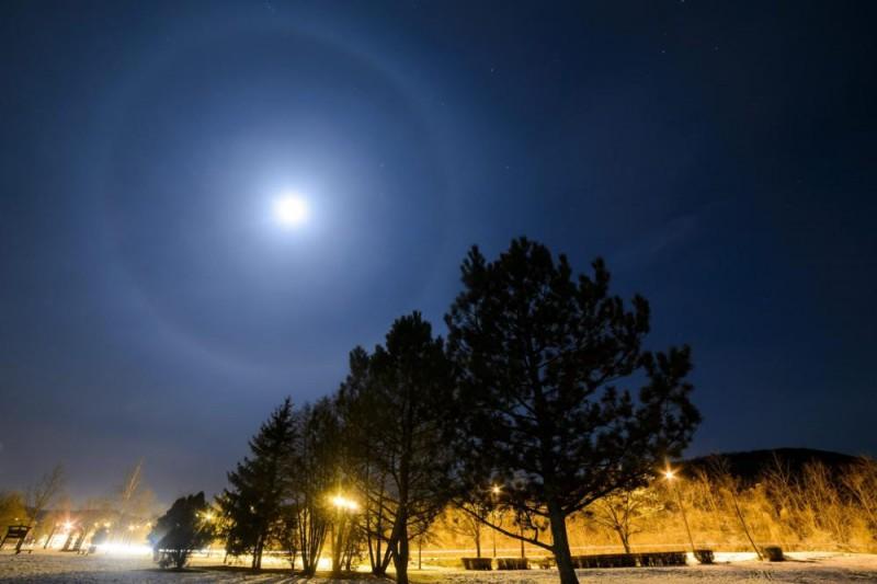 Salgótarján, 2016. január 17. A halo elnevezésû fényjelenség látszik a Hold körül Salgótarjánból fotózva 2016. január 17-én. A gyûrû alakú fényjelenséget a 8-12 kilométer magasban elhelyezkedõ felhõkben lévõ jégkristályokon visszaverõdött és megtört fénysugarak okozzák. MTI Fotó: Komka Péter