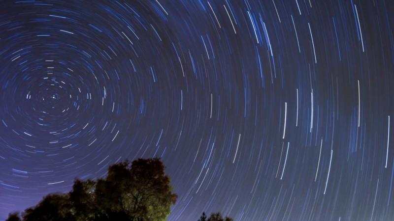 Szkopje, 2015. november 7. Harmincöt perces expozíciós idõvel készített felvétel egy meteorrajról a Szkopjétól mintegy 40 km-re, délnyugatra található Karadzica-hegy felett 2015. november 7-én hajnalban. (MTI/EPA/Georgi Licovski)