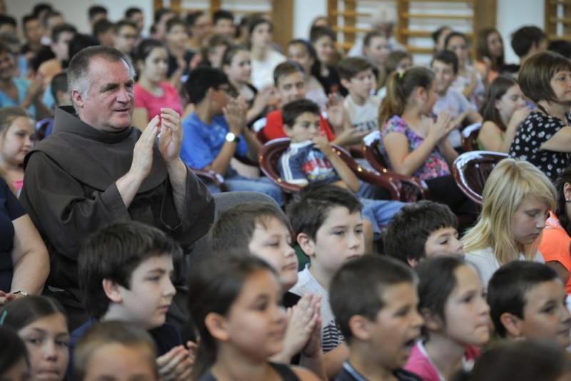 Debrecen, 2015. június 3. Böjte Csaba, a Dévai Szent Ferenc Alapítvány elnöke a debreceni Lorántffy Zsuzsanna Általános Iskolában 2015. június 3-án. A ferences szerzetes iskolákat látogat, illetve a 86. Ünnepi Könyvhét és 14. Gyermekkönyvnapok programsorozata keretében a legújabb, A virág a fény felé hajlik címû könyvét mutatja be az érdeklõdõknek Debrecenben. MTI Fotó: Czeglédi Zsolt