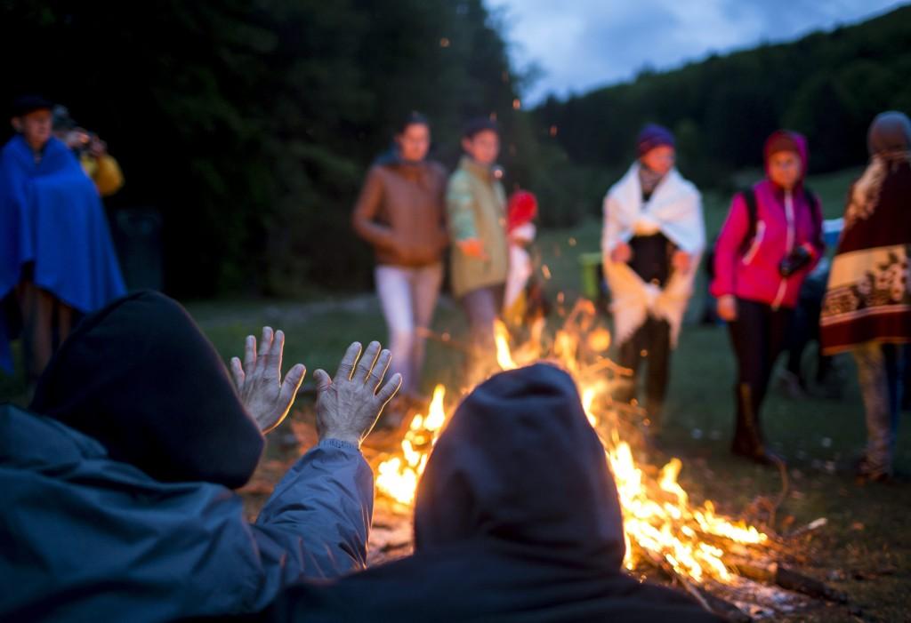 Csíksomlyó, 2016. május 15. A csíksomlyói búcsú zarándokai tûz mellett virrasztanak a Kis- és Nagysomlyó-hegy közötti nyeregben 2016. május 15-én. MTI Fotó: Mohai Balázs