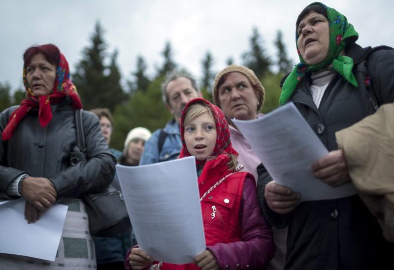 Csíksomlyó, 2016. május 15. A csíksomlyói búcsú csángó zarándokai énekelnek napfelkeltére várva a Kis- és Nagysomlyó-hegy közötti nyeregben 2016. május 15-én. MTI Fotó: Mohai Balázs