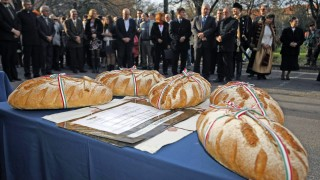 Túrkeve, 2015. november 19. A Magyarok kenyere program lisztadományozási ünnepsége a túrkevei városháza elõtt 2015. november 19-én. Idén a tavalyi kétszerese, 440 tonna búza gyûlt össze a program keretében, a Nemzeti Agrárgazdasági Kamara (NAK) gyûjtötte az összes búza 80 százalékát. MTI Fotó: Bugány János