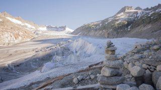 Furka-hágó, 2016. július 19. A gleccserolvadás megfékezésére óriási takarókkal borították be a Rhone-gleccser barlangjának a bejáratát és környékét a svájci Uri kantonban a Furka-hágó közelében 2016. július 19-én. Az óriástakarókkal a jeget próbálják megvédeni a napsugaraktól. (MTI/EPA/Urs Flüeler)