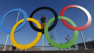 Rio de Janeiro, 2016. augusztus 1. Fényképezkedõ nõ az olimpiai öt karikán, a Rio de Janeiró-i Olimpiai Parkban 2016. augusztus 1-jén, négy nappal a riói nyári olimpia kezdete elõtt. (MTI/EPA/Larry W. Smith)