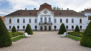 Nagycenk, 2012. szeptember 28.  A nagycenki Széchenyi-kastély központi épülete 2012. szeptember 28-án. A kastély építését gróf Széchényi Antal generális kezdte meg 1750 körül, amely késõbb a Széchenyi-család uradalmának központja lett. A fõépületben 1973-ban nyílt meg a Széchenyi István Emlékmúzeum. Az Országgyûlés 2011 novemberében elfogadott, a kulturális örökség védelmérõl szóló törvénymódosítása értelmében a nagycenki Széhenyi-kastély is szerepel a történelmi emlékhelyek listáján. MTI Fotó: Nyikos Péter