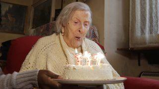 Verbania, 2016. november 29. A 117 éves olasz Emma Morano születésnapi tortájával verbaniai otthonában 2016. november 29-én. Az 1899. november 29-én született Morano a világ legidõsebb asszonya, miután elõdje, az amerikai Susannah Mushatt Jones május 12-én New Yorkban elhunyt. (MTI/AP/Antonio Calanni)