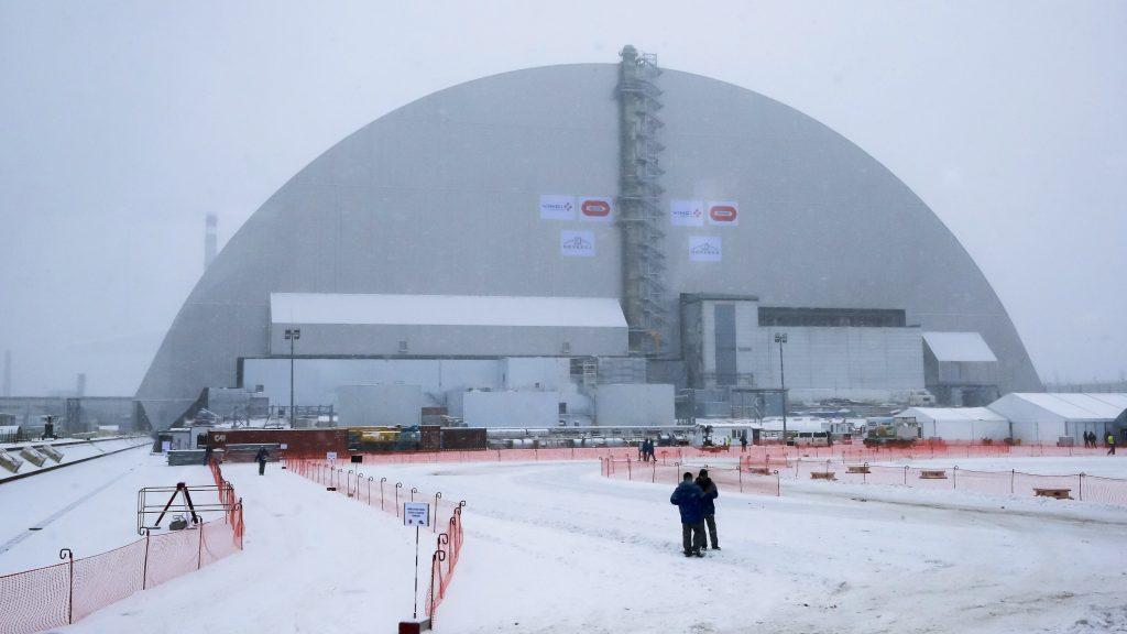 Csernobil, 2016. november 29. A csernobili atomerõmû új, az eddiginél biztonságosabb védõburka 2016. november 29-én. A radioaktív anyagok tökéletesebb elszigeteléséhez épített, 105 méter magas, 150 méter hosszú és 260 méter széles acélboltozattal két hete fedték be a 4-es reaktorblokkot, amelyben 1986. április 26-án robbanás történt. A detonáció volt a világ eddigi legsúlyosabb nukleáris balesete. (MTI/AP/Jefrem Lukackij)